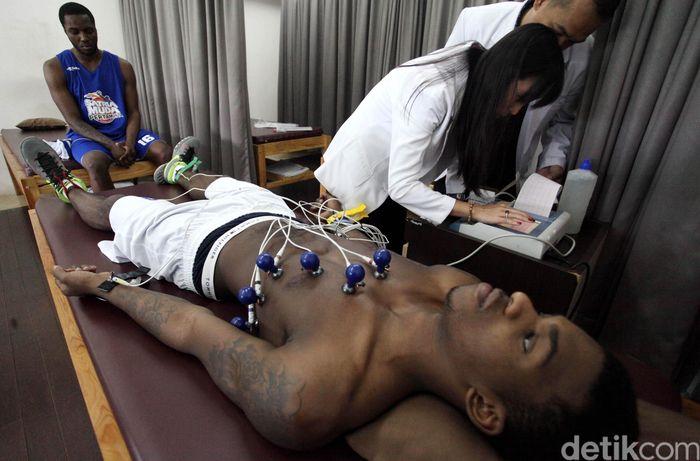 Satria Muda serius dalam melakukan seleksi dua pemain asingnya. Tyreek Jewel dan Carloss Charles Smith harus melewati proses tes fisik di Senayan.