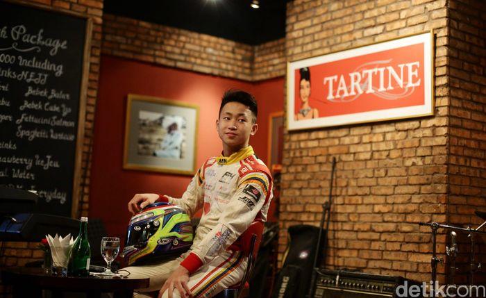 Pebalap Formula 4 (F4) Keanon Santoso berpose usai menggelar jumpa pers di Jakarta, Senin (16/1/2016).