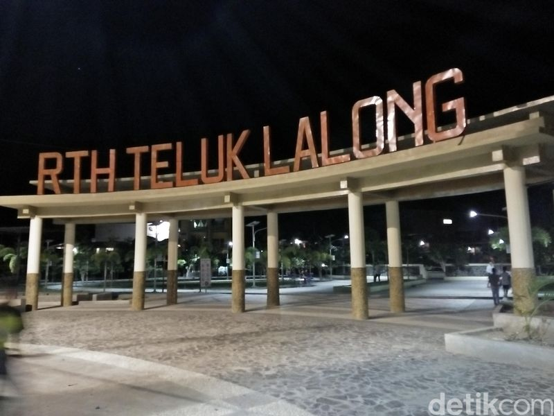 Teluk Lalong merupakan Ruang Terbuka Hijau (RTH) yang dibangun oleh pemerintah setempat sebagai tempat bersantai Kota Luwuk, Sulteng. Tempat ini asri dan bersih (Bonauli/detikTravel)