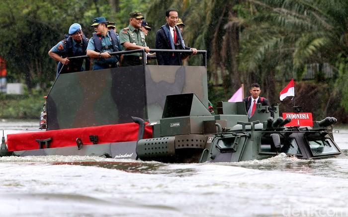 Presiden Jokowi menjajal panser Anoa Amphibi melintasi danau di Mabes TNI (Foto: Rengga Sancaya/detikcom)