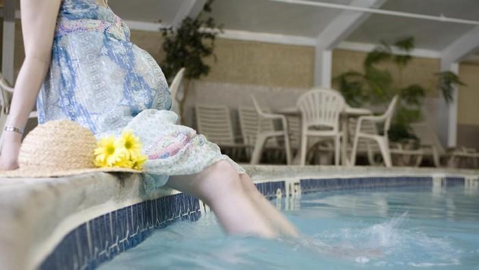 ibu hamil di air atau di kolam