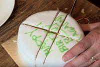 Begini Cara Potong Kue yang Benar Secara Ilmiah