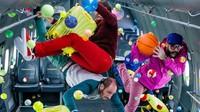 Ok Go tak henti-hentinya membuat kita kagum di tiap video mereka. Kali ini mereka tampil dengan permainan gravitasi di lagu Upside Down & Inside Out. (Dok. Youtube/@OKGoVEVO)