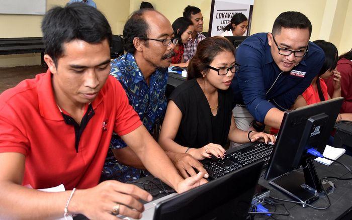 Manajer Regional Relations & CSR PT HM Sampoerna Tbk., Arga Prihatmoko (paling kanan), memberikan pelatihan Literasi Digital dan Keterampilan Abad ke-21 untuk Tenaga Kerja dan Pewirausaha di Bali, Rabu (17/1/2017). Pool/dok. Sampoerna.