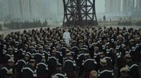 Jamie xx juga memberi kejutan lewat video klip lagu Gosh. Romain Gavras selaku sutradara memberikan gambar dan koreografi keren dengan karakter utamanya seorang albino. (Dok. Youtube/@JamiexxVEVO)