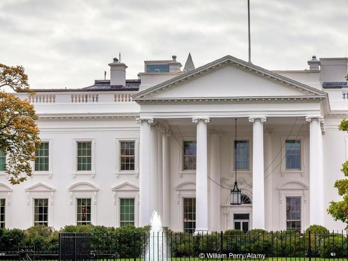 EK0AXG Presidential White House Fence Fountain Pennsylvania Ave Washington DC