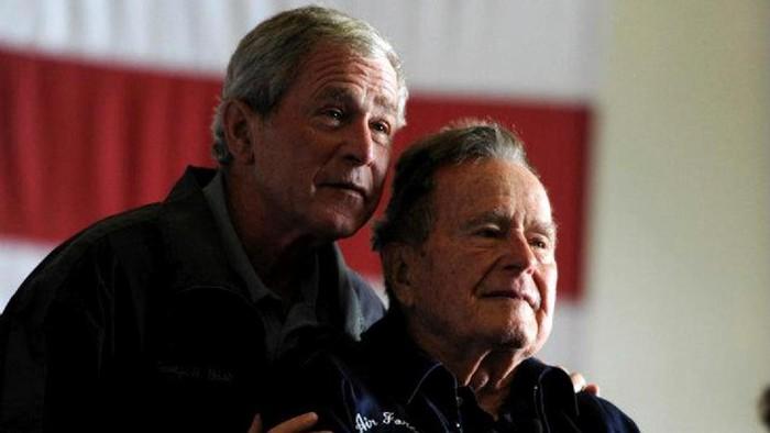 Bush senior bersama putranya, mantan presiden George W. Bush (Foto: REUTERS/U.S. Navy/Handout/File Photo)