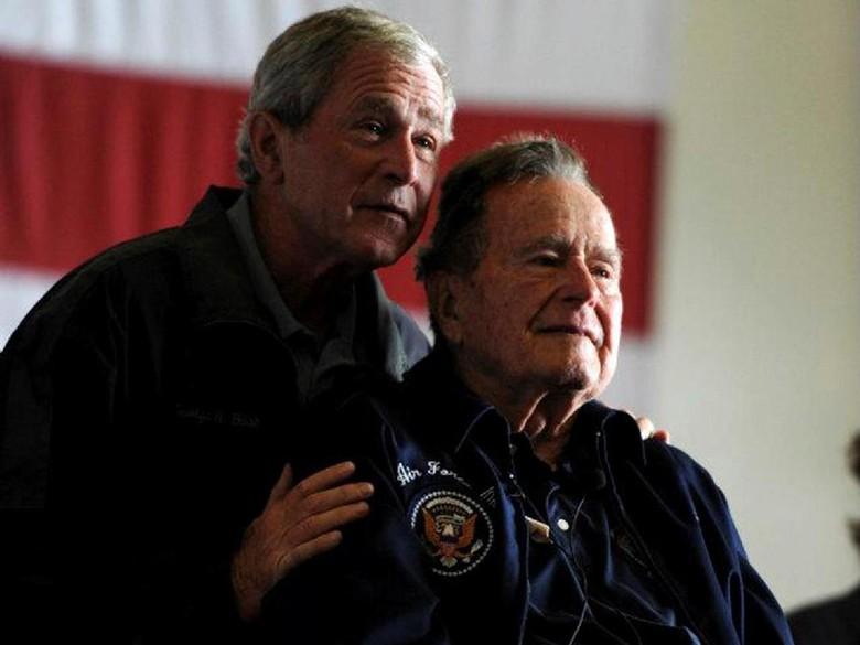 Bush Senior Dituding Remas Bokong Wanita Saat Masih Jadi Presiden
