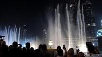 Ditambah 25 proyektor yang menerangi tiap gerakan air di udara, pertunjukan ini makin istimewa. Jumlah lampunya juga tak kira-kira, sampai 6.000 lampu dinyalakan saat air mulai menari (Afif/detikTravel)