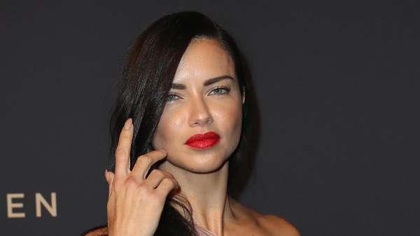 Dua Busana Adriana Lima, Lebih Suka Mana?