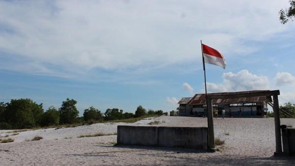 Replika SD Muhammadiyah Laskar Pelangi yang berada di Belitung juga kerap dikunjungi para wisatawan. Replika sekolah yang dibuat untuk keperluan syuting ini hanya memiliki dua ruang kelas. Kondisinya masih sama seperti yang digambarkan dalam film. Replika SD Muhammadiyah Gantong atau SD Laskar Pelangi ini berada di Kecamatan Gantong, Kabupaten Belitung Timur. Darwance Law/dTraveler.