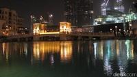 Tempat menonton Dubai Fountain adalah di Souk Al Bahar. Kawasan outdoor yang masih masuk bagian Dubai Mall dan punya kolam luas (tempat berlangsungnya Dubai Fountain). Lokasinya berada persis di kaki Burj Khalifa (Afif/detikTravel)