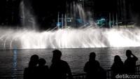 Tahukah kamu, sinar cahaya yang berkilau dari pertunjukan air mancurnya dapat dilihat dari jarak lebih dari 30 km! (Afif/detikTravel)