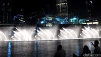 Dari informasi yang tertera pada situs resmi Visit Dubai, Dubai Fountain merupakan pertunjukan air mancur dengan sistem koreografi terbesar sedunia. Wow! (Afif/detikTravel)