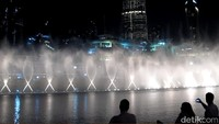 Untuk malam hari, setiap harinya pertunjukan akan berlangsung dari pukul 18.00 sampai 23.00 setiap 30 menit. Para turis saat pertunjukan air mancurnya dimulai, akan memadati pinggiran kolamnya (Afif/detikTravel)