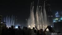 Dubai Fountain merupakan pertunjukan setiap hari di Dubai Mall. Turis akan dihibur dengan air mancur yang bermandikan cahaya dan seolah menari-nari mengikuti irama musik (Afif/detikTravel)