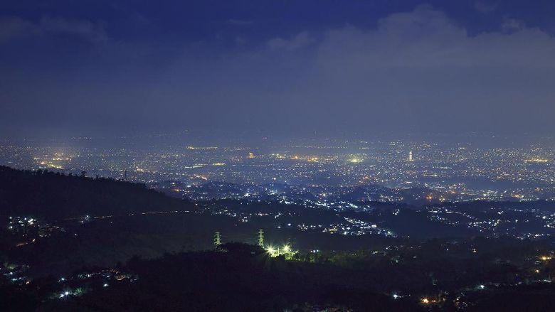 Suasana malam di Bandung dari atas bukit (Thinkstock)