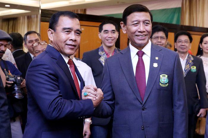 Jajaran Pengurus Pusat Persatuan Bulutangkis Seluruh Indonesia (PP PBSI) kabinet Wiranto resmi dilantik Ketua KONI Pusat Tono Suratman. Dok, Humas PBSI.