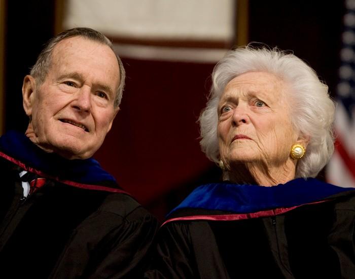 Pasangan mantan presiden dan ibu negara George dan Barbara Bush sama-sama terdiagnosis penyakit Graves di tahun berbeda. Barbara lebih dulu di tahun 1989, dan George Bush di tahun 1991. Foto: REUTERS/Larry Downing/File Photo