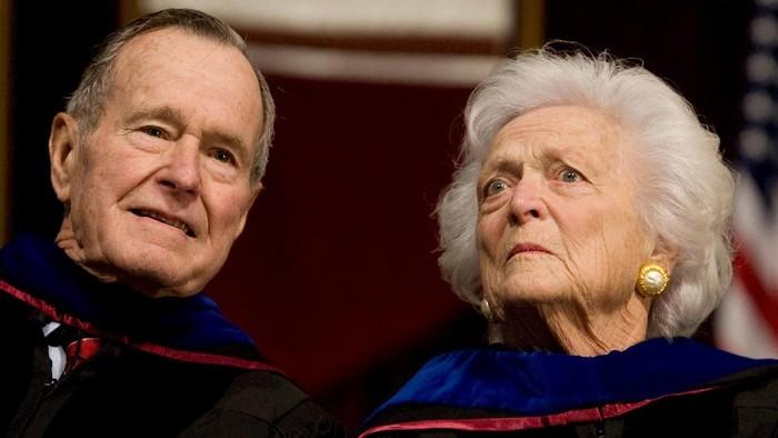 Almarum George H.W. Bush bersama mendiang istrinya, Barbara Bush. (Foto: REUTERS/Larry Downing)