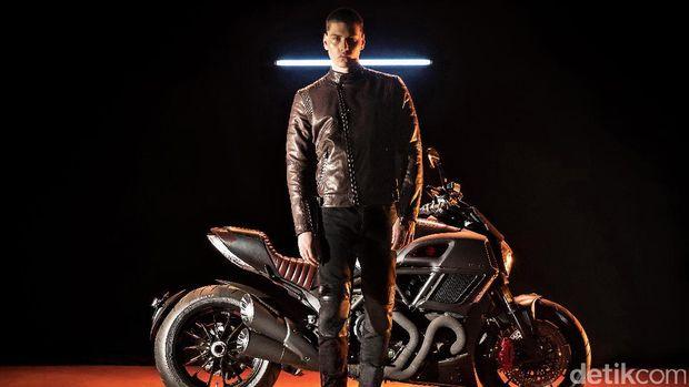 Model berpose dengan Ducati Diavel Diesel