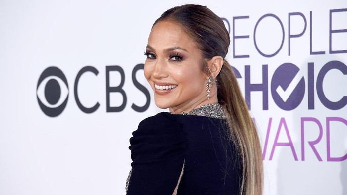 LOS ANGELES, CA - JANUARY 18:  Actress/recording artist Jennifer Lopez attends the Peoples Choice Awards 2017 at Microsoft Theater on January 18, 2017 in Los Angeles, California.  (Photo by Kevork Djansezian/Getty Images)