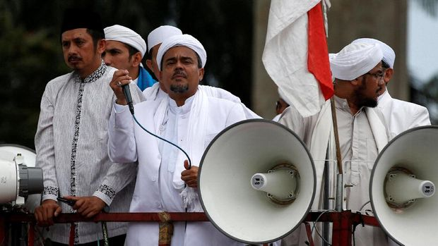 Pemimpin FPi Rizieq Shihab saat berorasi di depan Mabes Polri, Jakarta, 2017.