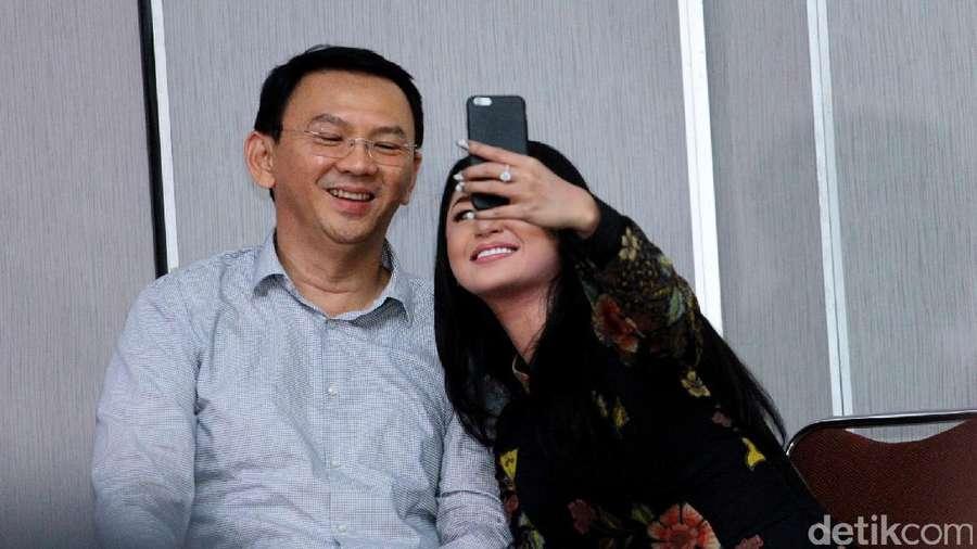 Foto Bareng Ahok, Dewi Persik Semringah Banget