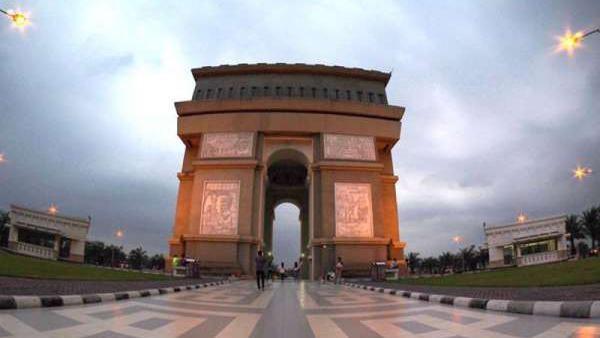 Kediri juga punya Simpang Lima Gumul yang mirip dengan Arc de Triomphe di Paris. Namun monumen ini dibangun dengan ornamen budaya Jawa Tengah. (Van Alvin/dTraveler)