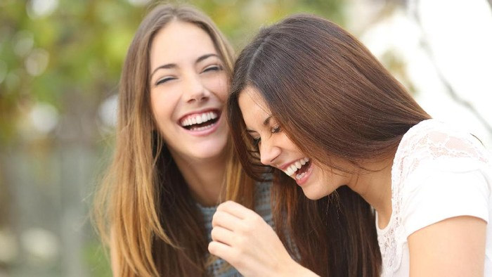 Pernahkah Anda melemparkan candaan tentang diri sendiri demi menarik perhatian orang lain? Ya, menertawakan diri sendiri ternyata baik bagi kesehatan mental. Foto: ilustrasi/thinkstock