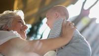 Wanita Usia 60-an Melahirkan Bayi Kembar, Kini Kehilangan Hak Asuh