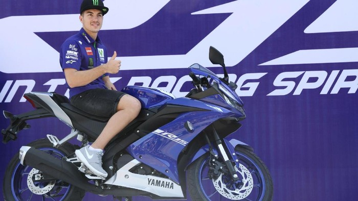 Pebalap MotoGP Yamaha Luncurkan R15  Pebalap Yamaha di MotoGP Maverick Vinales bersama jajaran petinggi  Yamaha Indonesia Motor Manufacturing (YIMM) meluncurkan Yamaha R15 teranyar di Sirkuit Sentul, Bogor, Senin (23/01/2017). Mengusung titel All New R15, banyak perubahan pada Yamaha YZF-R15 ini. Motor sport fairing bermesin 150 cc ini memiliki tampang baru. Grandyos Zafna/detikcom