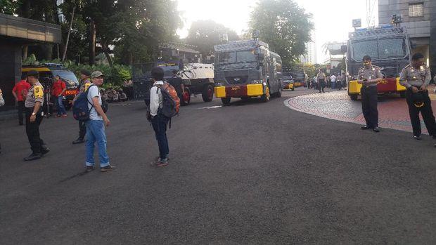 Barracuda, water canon, mobil komando hingga ambulans siaga di Polda Metro Jaya.