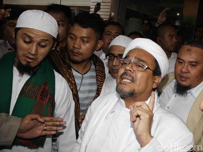 Habib Rizieq Syihab memenuhi panggilan Polda Metro Jaya, Senin (23/1/2017). Ia diperiksa sebagai saksi untuk Kasus Simbol Palu Arit di Mata Uang Rupiah baru.