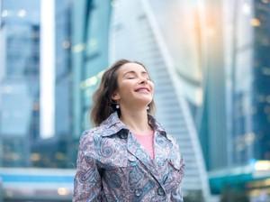Riset Membuktikan Wanita Single Lebih Bahagia, Ini Alasannya