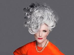 Biarkan Rambut Memutih, Nenek Ini Semakin Laris Jadi Model