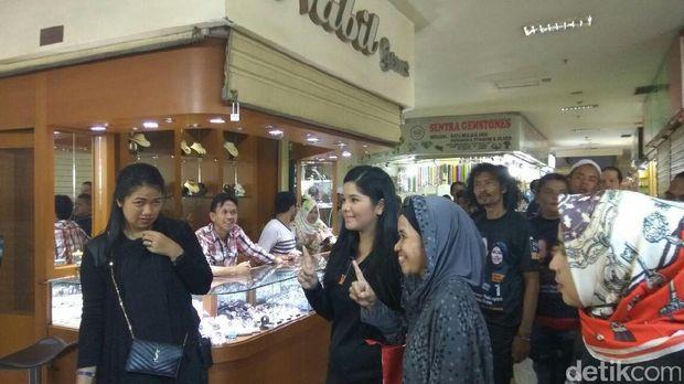 Annisa Yudhoyono berfoto bersama warga di sentra batu akik Rawa Bening