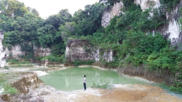 Di Bukit Kapur Suci, traveler bisa menemukan telaga dengan air jernih. Keindahannya digunakan traveler untuk berfoto-foto. (Basri Bachtiar/dTraveler)