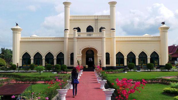Wisatawan bisa berkunjung ke Istana Siak (Wahyu/detikTravel)