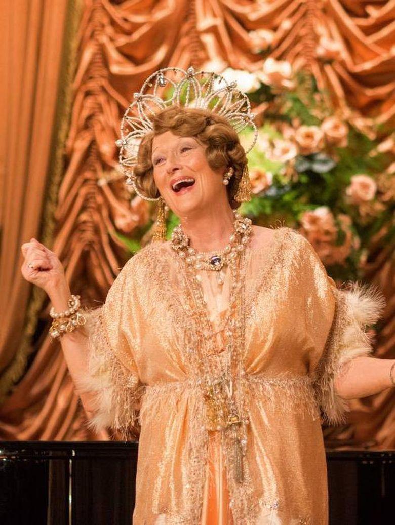Masih dengan setting di tahun 1940-an, Florence Foster Jenkins menyuguhkan busana-busana indah yang digunakan Meryl Streep yang berperan sebagai penyanyi opera. (Dok. Paramount Pictures)