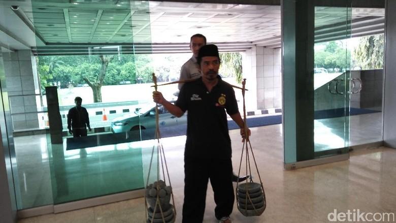 Gelar Dagangan Saat Curhat, Cobek Tajudin Diborong Anggota DPR