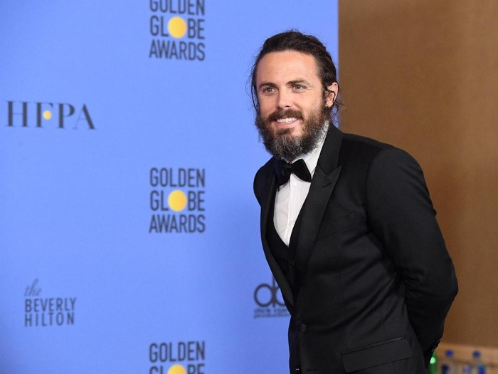 BEVERLY HILLS, CA - JANUARY 08:  Actor Casey Affleck, winner of Best Actor in a Motion Picture - Drama for Manchester by the Sea, poses in the press room during the 74th Annual Golden Globe Awards at The Beverly Hilton Hotel on January 8, 2017 in Beverly Hills, California.  (Photo by Kevin Winter/Getty Images)