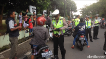 TNI-Polri Razia Kendaraan, Ada Pengendara Dihukum Push-up