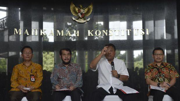 Sekjen MK Guntur Hamzah (kanan).