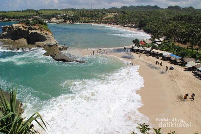 Foto: Salah satu pantai yang begitu populer di Kabupaten Pacitan adalah Klayar. Tak hanya menawarkan keindahan hamparan pasir putih, ada pula keunikan batu besar mirip Sphinx serta Seruling Samudera alami yang menghasilkan suara merdu layaknya seruling (Brigida Emi Lilia/dTraveler)