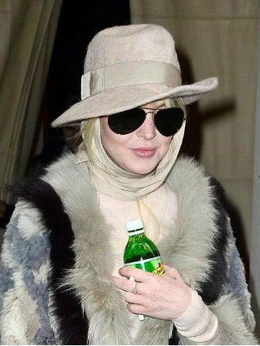 Lindsay Lohan Terkejut Saat Diminta Lepas Jilbab di Bandara