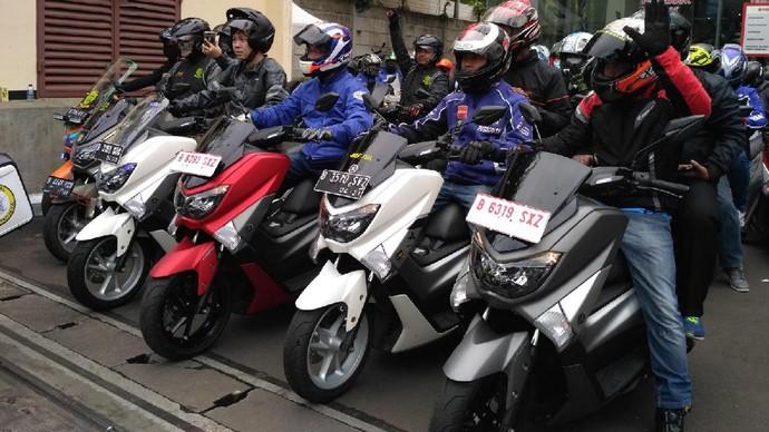 Rangkaian acara #MAXIYAMAHADAY diawali dengan pelepasan ratusan rombongan MAXI Touring yang akan dilakukan di tiga titik pemberangkatan yaitu dari Yamaha Flagship Shop Jakarta serta Area Representative Office Yamaha di Bogor & Tangerang. Foto: Yamaha