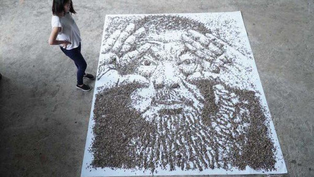 Wah! Lukisan Artis Ai Weiwei Ini Terbuat dari 20.000 Biji Bunga Matahari