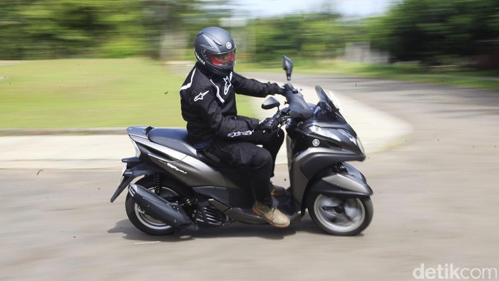 Skuter matic (skutik) roda tiga Yamaha.