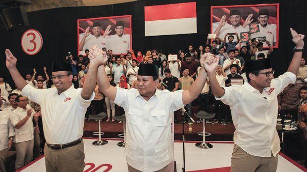 Ketua Umum Partai Gerindra Prabowo Subianto (tengah) bersama Anies dan Wakil Gubernur DKI Jakarta Anies Baswedan (kiri) dan Sandiaga Uno, 2017.